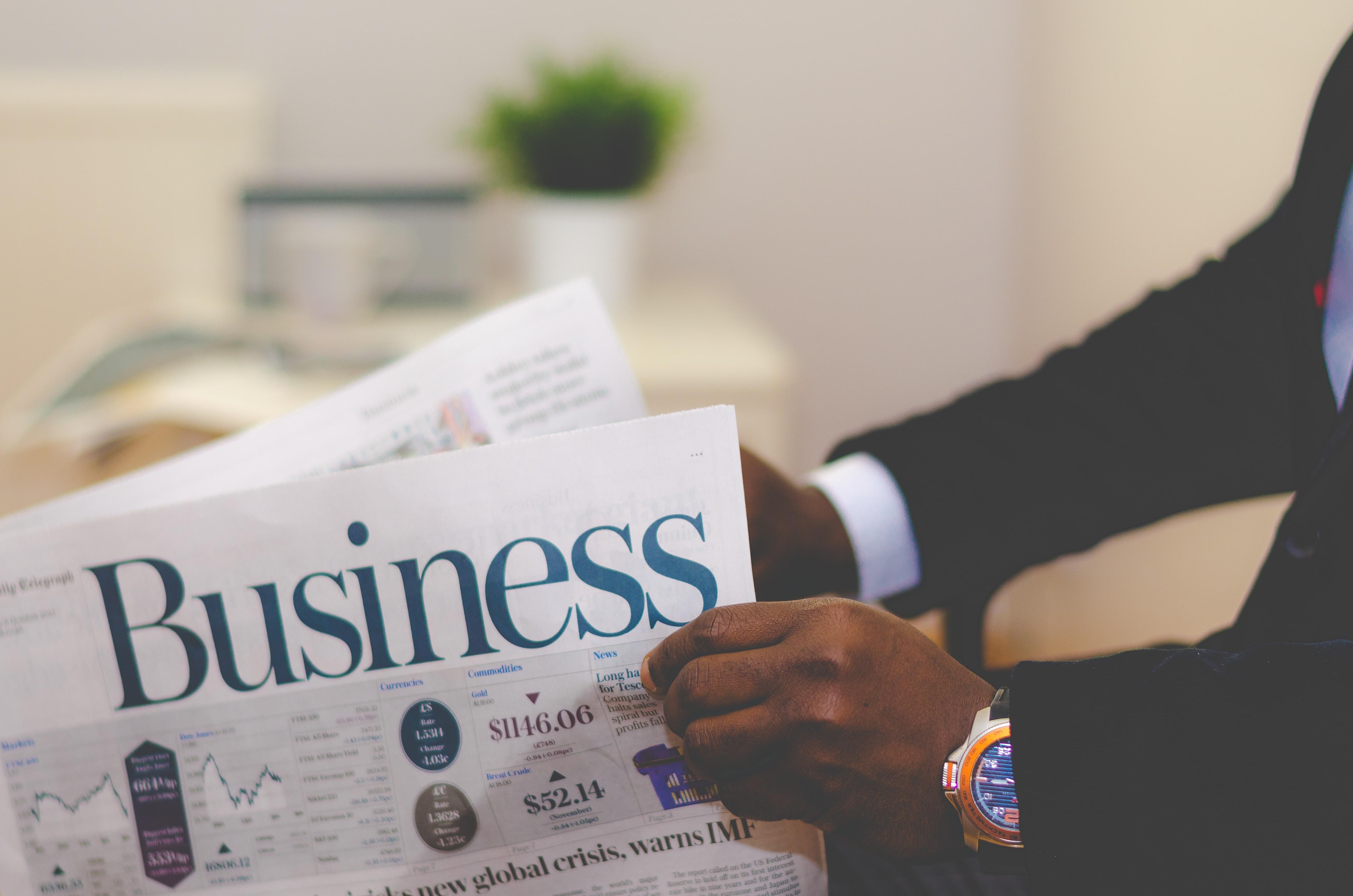 Forretningsmand med avis